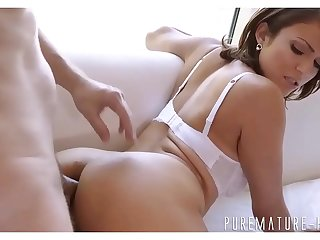 Milfs asshole gets stretched