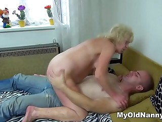 Meaty blonde grandma fucked wide of a horny mouth-to-mouth mendicant